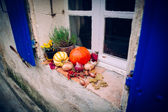 Lagrasse, France - Pumpkin (Regan Gilder) Tags: pumpkin onions vegetables food window windowsill shutters blue lagrasse france eu europe holiday languedocroussillon canoneos5dmarkiii canon colourful