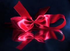 red bow (guzmania*) Tags: macromondays theme buttonsandbows red bow ribbon reflection mirror hmm