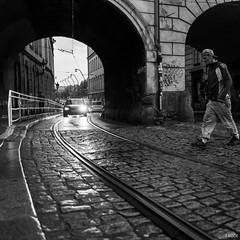 Be careful ! (Julien Rode) Tags: carré city insolite nb personnage portfolio prague rue square street streetphotography urbain urban ville