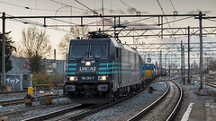 Lineas 186-293 storming through Dordrecht railway station with a mixed freight train (Nicky Boogaard) Tags: freighttrain dmrailway railroad railway dmrailroad lineas yourfreightforce bcargo bombardier traxx 186293 186 dordrechtstation