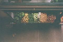 Mercado São Sebastião (© Rodrigues Castro) Tags: mercado são sebastião feira fortaleza ceará brasil brazil ce frutas verduras legumes fotografia analógica photography analog street rodrigues castro história fruit market marketplace vegetables kodak film 35mm premier pc400 lomo lomography