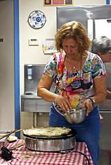 17 1729 - Bretagne, Argol, soirée galettes au gîte (Jean-Pierre Ossorio) Tags: bretagne cuisine repas randonneur crèpe galette gîte