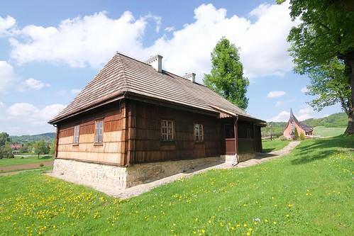 Dawna szkoła parafialna (1866) w zespole plebańskim w Bliznem od południowego zachodu