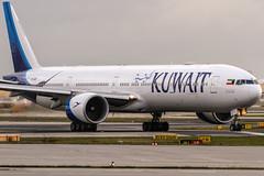 9K-AOD Kuwait Airways Boeing 777-369(ER) lining up on Runway18 for further departure to Kuwait (KWI / OKBK) @ Frankfurt Rhein-Main International (FRA / EDDF) / 19.11.2017 (oliver.holzbauer) Tags: 9kaod kuwait kuwaitairways tripple7 boeing boeing777 eddf frankfurtairport fra planespotter planespotting planes planephotography plane flugzeug linienflugzeug flughafen runway18 runway18de b777