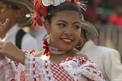Elle ne perd jamais son danseur des yeux (Rosca75) Tags: carnaval carnavaldebarranquilla barranquilla colombia colombie people lifestylephotography streetphotography portrait portraiture colombianwomen women girl costume