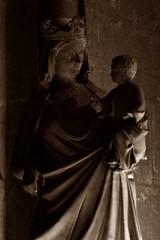 12 - Reims - Cathédrale Notre-Dame - Vierge à l'Enfant (melina1965) Tags: reims marne grandest octobre october 2017 nikon d80 sculpture sculptures statue statues sépia sepia église églises church churches