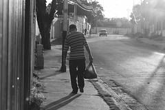 Pasos Pesados (Lex Arias / LeoAr Photography) Tags: 2017 bn bw barquisimeto blackandwhite blancoynegro calle callejera everybodystreet fotografíacallejera iglexariasphotos leoarphotography lexarias lineas lines luzsolar monochromatic monochrome monocromo nikon nikond3100 street streetnude streetphotography urban urbana venezuela vintage