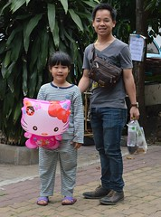father, daughter, hello kitty balloon (the foreign photographer - ฝรั่งถ่) Tags: father daughter hello kitty balloon wat prasit mahathat buddhist temple bangkhen bangkok thailand nikon d3200