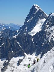 Climbers on the Ridge of Vallée Blanche. Chamonix. (elsa11) Tags: montblanc aiguilledumidi valléeblanche ridge ridgevalléeblanche montblancmassif alps alpen mountains snow glacier gletsjer climbing france frankrijk hautesavoie rhonealps grandesjorasses