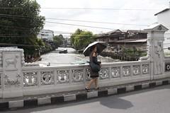 Thai girl on the bridge (ramosblancor) Tags: humanos humans chica girl umbrella paraguas puente bridge canal paseo walk ciudades cities bangkok tailandia thailand viajar travel gente people tribus tribes