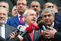 AMBARLI LIMANDA TASIMACILARLA BULUSMA (FOTO 2/2) (Kişisel Photoblog) Tags: ziyakoseogluphotographerphotojournalistpoliticportrait siyaset sol sosyal sosyaldemokrasi chp cumhuriyet kilicdaroglu kemal ankara politika turkey turkiye tbmm meclis ambarli liman isletmeleri tasimacilar