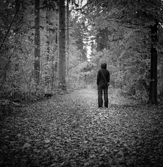 a walk in the rain (gato-gato-gato) Tags: 35mm ch carlzeisstessar13575mm iso400 ilford ls600 mxevs noritsu noritsuls600 rolleiflex schweiz suisse svizzera switzerland tlr zueri zuerich zurigo z¸rich analog analogphotography believeinfilm film filmisnotdead filmphotography flickr gatogatogato gatogatogatoch homedeveloped mediumformat tobiasgaulkech wwwgatogatogatoch zürich black white schwarz weiss bw blanco negro monochrom monochrome blanc noir streetphotography street strasse strase onthestreets streettogs streetpic streetphotographer mensch person human pedestrian fussgänger fusgänger passant sviss zwitserland isviçre zurich