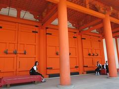 Monday Colours - A Bench in Kyoto (Pushapoze (MASA)) Tags: japan japon kyoto sanjusangendotemple happybenchmonday bench schoolstudents