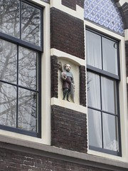 Man with a key, house detail, Aelbrechtskolk, Delfshaven, Rotterdam, Netherlands (Paul McClure DC) Tags: delfshaven rotterdam netherlands thenetherlands southholland zuidholland nov2017 sculpture architecture historic