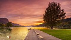 Sunset sur le plan d'eau d'Embrun, Hautes Alpes (pascalfraboul.photo) Tags: coucherdesoleil couchesoleil embrun hautesalpes pascalfraboul planeau sunset pascalfraboulphoto photographe lac arbre pelouse banc ciel nuages
