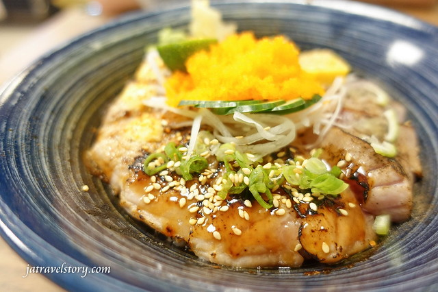 【基隆美食】新派壽司料理-特上生魚丼有干貝和鮭魚卵只要$180,招牌炙燒鮭魚丼香氣十足!基隆平價日本料理 @J&A的旅行