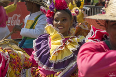 Danse en couleur (Rosca75) Tags: carnaval carnavaldebarranquilla barranquilla colombia colombie people lifestylephotography streetphotography colombianwomen women girl dress colors costume