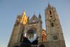 Primeras luces.  Catedral envuelta para regalo. ¡Felicidades Geluchi! (pico_de_la_miel) Tags: catedraldeleón bolasdecristal lentedevidrio pulchraleonina caminodesantiago thewayofstjames españa artegótico arquitectura luz torres agujas gótico