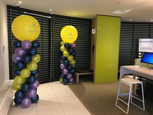 Ballonpilaar Breed Rond Bedrukt 50e verjaardag Novotel Rotterdam Brainpark