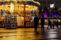 After the rain (Pascal Volk) Tags: berlin mitte alexanderplatz berlinmitte weihnachtsmarkt christmasmarket mercadonavideño nacht night noche karussell carousel carrusel karuselo street people decemberrain dezemberregen flickrfriday ff249 canoneos80d canonef40mmf28stm 40mm dxophotolab