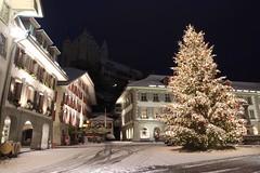 Weihnachtsbaum auf dem Rathausplatz mit Schloss Thun ( Baujahr um 1190 durch die Zähringer - château castello castle ) im Winter mit Schnee in der Altstadt - Stadt Thun im Berner Oberland im Kanton Bern der Schweiz (chrchr_75) Tags: christoph hurni schweiz suisse switzerland svizzera suissa swiss chrchr chrchr75 chrigu chriguhurni chriguhurnibluemailch dezember 2017 dezember2017 albumzzz201712dezember winter hiver inverno schnee snow neige neve kantonbern berner oberland albumstadtthunnacht nacht night nuit notte albumstadtthunwinter stadtthun albumstadtthun kanton bern albumschlossthun schlossthun schloss château castle stadt city ville weihnachtsbaum weihnachten weihnachtsfest kerstboom christmas tree arbre de noël albero di natale