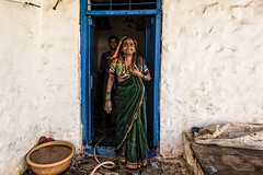 BADAMI: DEVANT CHEZ ELLE (pierre.arnoldi) Tags: inde india pierrearnoldi on1raw2018 photographequébécois karnataka badami portraitdefemme portraitsderue photoderue photooriginale canon6d tamron photocouleur
