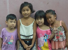 neighborhood children (the foreign photographer - ฝรั่งถ่) Tags: jan92016nikon four children three girls one boy neighbors khlong thanon portraits bangkhen bangkok thailand nikon d3200