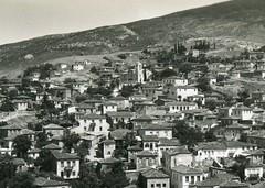 Λιβαδειά, θέα προς την συνοικία της Ευαγγελίστριας, με τον ομώνυμο Ναό να ξεχωρίζει στην κορυφή. (Giannis Giannakitsas) Tags: λιβαδεια livadia livadeia βοιωτια greece grece griechenland viotia boeotia lebadeia λειβαδεια ευαγγελιστρια 1940