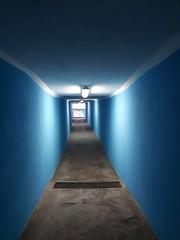 Sottopasso verso il mare (Aellevì) Tags: tunnel sottopassaggio neon azzurro tombino grata spiaggia puntodifuga