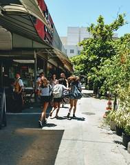 fugindo da escola... (luyunes) Tags: escola corrida correria criança meninas liberdade motoz luciayunes streetscene fotografiaderua streetphotography streetphoto fotoderua