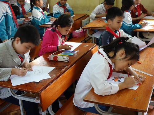 Les élèves entrain de dessiner Pelico au Vietnam !