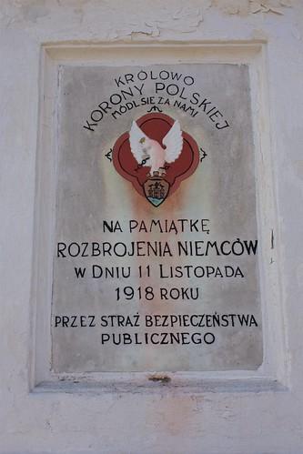 Tablica na bazie figury Matki Boskiej na rynku w Łęczycy