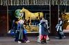 Paard in de etalage (Roel Wijnants) Tags: ccbync roelwijnants roelwijnantsfotografie roel1943 etalage paard sint etaleur thema winkelstraat wandelen inkopen moslima moslim geloof hoofddoek gesprek denhaag thehague mooidenhaag wandelvondst hofstijl haagspraak acitytolove absolutelythehague city centrum hofstad leesdevoorwaardenvoorgebruik hidjab ħijāb حجاب khimār binnenstad grotemarktstraat bijenkorf warenhuis religieneutraal