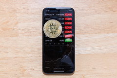 Bitcoin-Kursanstieg 2017 dargestellt auf der Aktien-App des Apple iPhone X (wuestenigel) Tags: börse crypto payment shopping bubble boom minen bitcion stock money mining blockchain kryptowährungen geld ecommerce crash cryptocurrency blase noperson keineperson telephone telefon business geschäft screen bildschirm technology technologie display anzeige desktop wood holz wireless kabellos travel reise number nummer electronics elektronik device gerät spherical kugelförmig cellulartelephone mobiltelefon connection verbindung