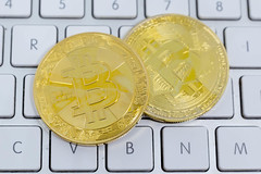 Zahlungsmittel im Internet: Bitcoin (wuestenigel) Tags: börse ecommerce payment shopping bubble boom minen bitcion stock money mining blockchain kryptowährungen geld blase crash cryptocurrency crypto business geschäft finance finanzen currency währung computer keyboard tastatur cash kasse technology technologie financial finanziell commerce handel investment investition wealth reichtum bank internet symbol shares anteile closein aufholen laptop achievement leistung communication kommunikation