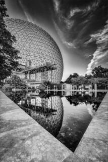 Biosphere en N&B - réflexion de fin de journée - end of day reflection
