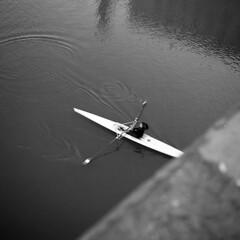 Rowing girl - Florence -  November 2017 (cava961) Tags: florence arno river rowing analogue analogico monochrome monocromo bianconero bw