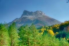 Castillo de Acher, visto desde la  selva de Oza. (Carlos M. M.) Tags: selvadeoza hdr sony sonyalpha6000 aragón huesca pirineos nature naturaleza castillodeacher hiking excursión