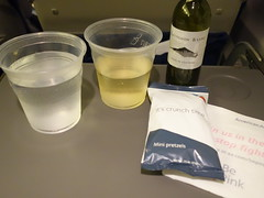 201710125 AA3600 YUL-LGA refreshment (taigatrommelchen) Tags: 20171041 flyingmeals airplane inflight meal food drink refreshment economy aal eny americanairlines envoy aa3600 erj145 n689ec yullga
