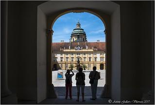 Composició amb turistes. (Abadia de Melk - Àustria)