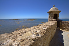 Garita del castillo (Jacek Rudowski) Tags: garita castle castillo wall water sea horizon seaside seascape light shadow old history historic historical tourism travel travelphoto travelphotography holidays summer andalusia andalucia architecture