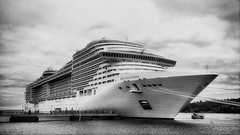 Fantasia (roberke) Tags: schip ship haven harbour sky lucht clouds wolken mensen people personen monochrome monochroom zwartwit blackwhite blackandwhite bw outdoor cruiseship