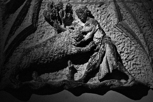 8 - Reims - Musée Saint-Remi - Le combat de l'ours (Tympan de porte de maison), 13ème siècle