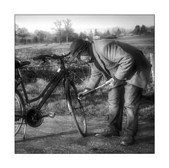 Coup de Pompe (Marie 35 (140)) Tags: campagne route vélo humain insolite scène nb
