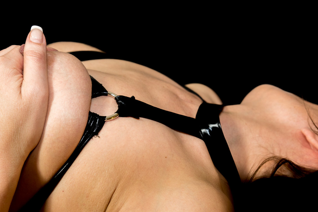 naked breast mogen kvinna