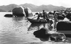 Hòn Chồng (A natural stone setting) - Nha Trang - 1965 (Nguyen Ba Khiem) Tags: 1960s 1965 hìnhảnhxưa việtnam việtnamxưa nhatrang nhatrangxưa nguyễnbámậu phongcảnh biển nước bãidương hònchồng ghe trẻem