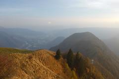verso sud (Tabboz) Tags: montagna sentiero cresta cima vetta prati prealpi autunno cengia tramonto escursione malga montegrappa panorama nuvole nebbia