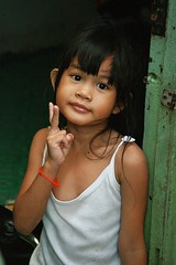 pretty girl sends you peace (the foreign photographer - ฝรั่งถ่) Tags: pretty girl child peace sign doorway khlong thanon portraits bangkhen bangkok thailand canon