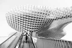 Metropol Parasol. (Jose_Pérez) Tags: jürgenmayer metropolparasol sevilla seville setas setasdesevilla street streetphoto urban city escaleras ascender ascensión arquitectura moderno stairs ascend ascension architecture modern clave alta