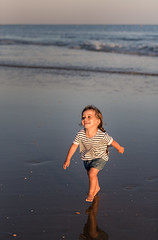 Pure joy (Bai R.) Tags: sunset sun naturallight sea ocean sand beach summer girl happy happiness joy purejoy
